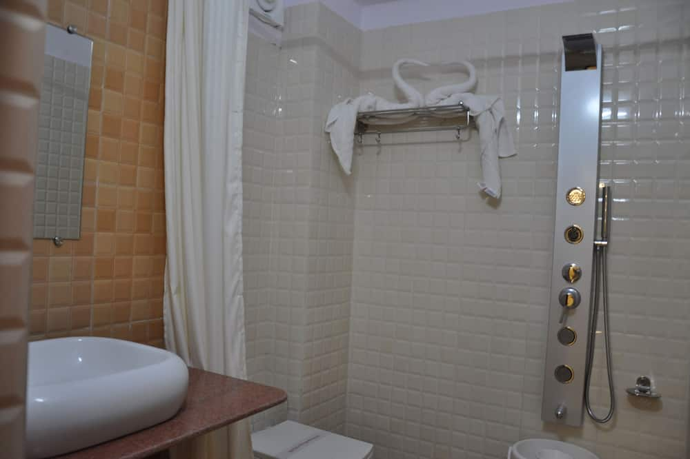 סוויטת אקזקיוטיב, חדר שינה אחד, מקרר, נוף לעיר - חדר רחצה