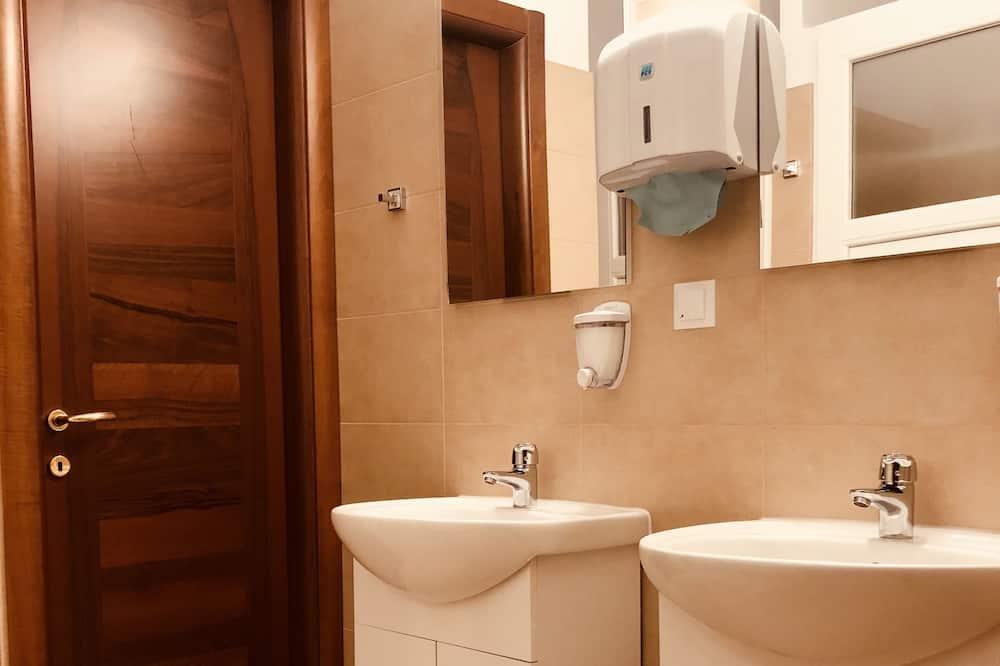 Kamar Triple, kamar mandi umum - Kamar mandi