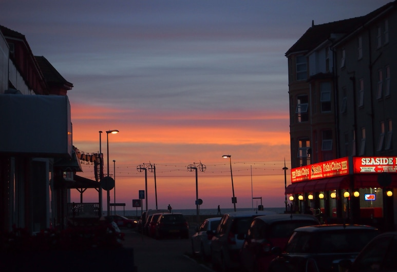 Golden Sands Blackpool, Blackpool, Hotel Front – Evening/Night
