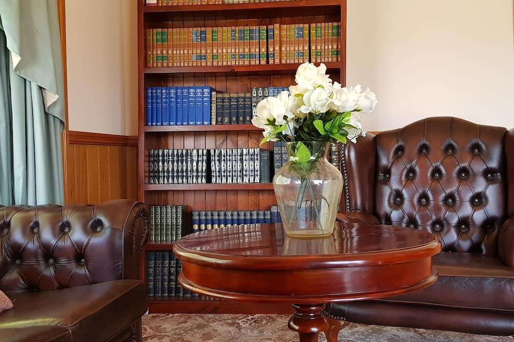 Традиционный коттедж, 3 спальни, для людей с ограниченными возможностями, общая ванная комната - Зона гостиной