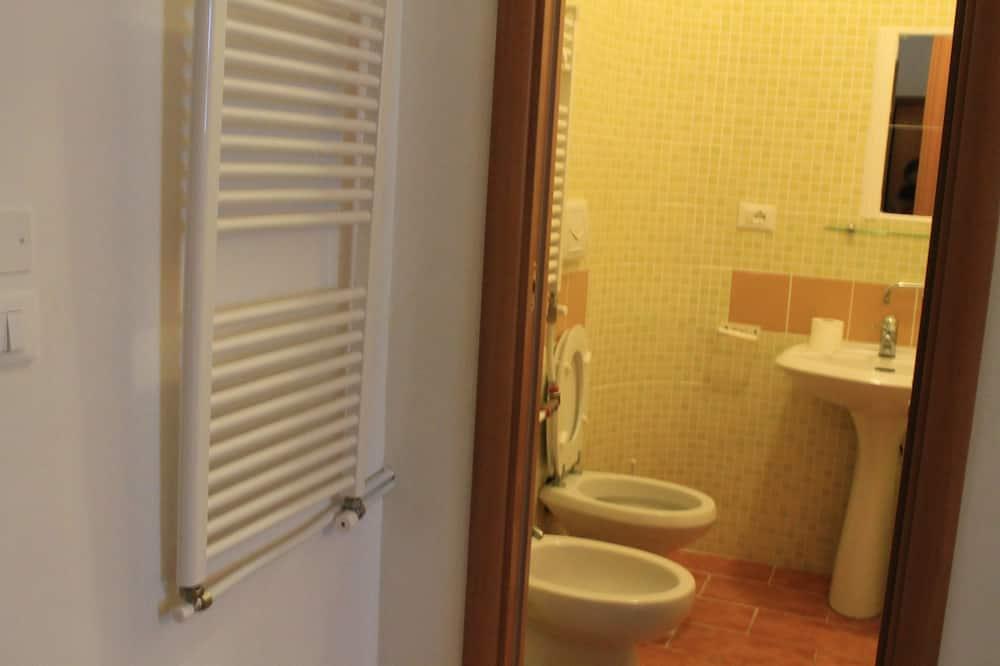 Standard-Vierbettzimmer, mit Bad - Badezimmer