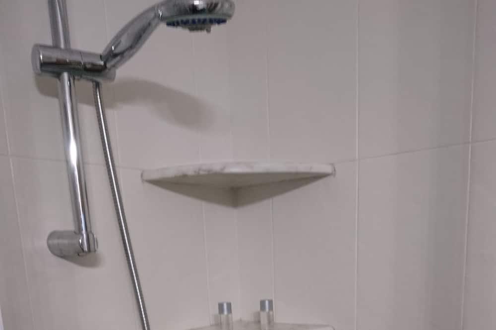 Chambre Double Standard - Douche de la salle de bain