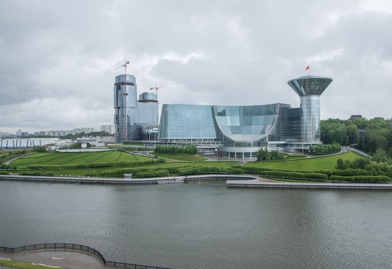 TravelFlat Apartments, Krasnogorsk, Apartament typu Comfort, Łóżko queen i sofa, widok na wodę, Widok zpokoju