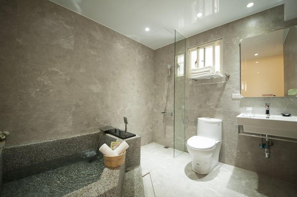 Paaugstināta komforta četrvietīgs numurs, 2 divguļamās gultas, vanna - Vannasistaba