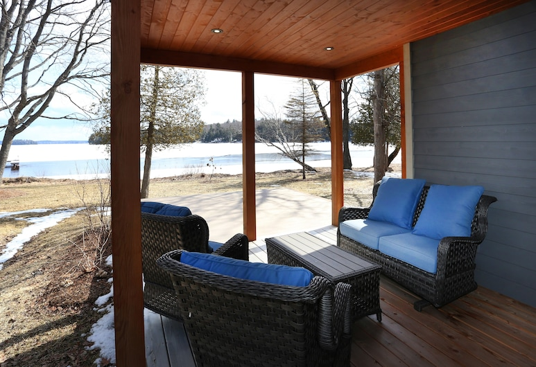 Lakefront Cottage with Stunning Lakeview, Muskoka Lakes, Taras/patio