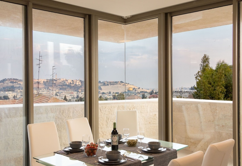 The Haneviim Court - Isrentals, Jerusalem, Luxury Two-Bedroom Apartment  With Terrace Over Old City View , Rom