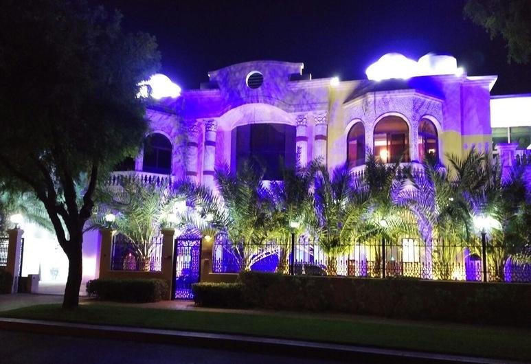 Emirates Hills Lake View Villa, Dubajus, Apgyvendinimo įstaigos fasadas vakare