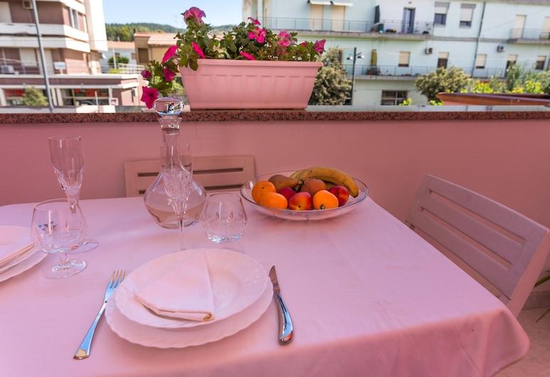 B&B L'Aurora Viola, Carbonia, Classic Triple Room, Terrace, Teres/Laman Dalam