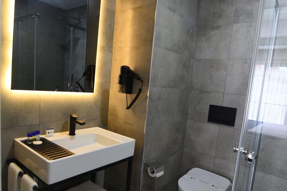 Deluxe Room, 2 Bedrooms - Bathroom