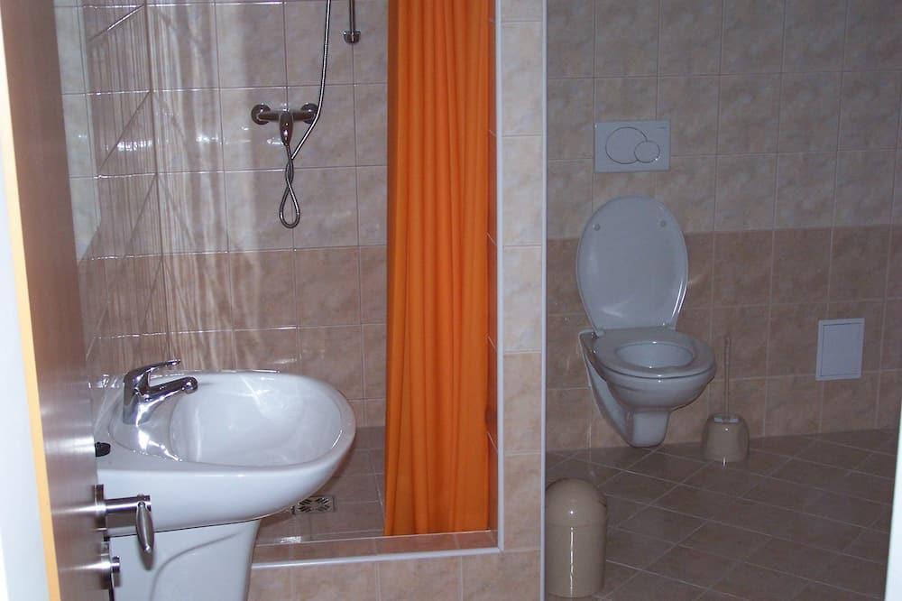 Keturvietis kambarys su pagrindiniais patogumais - Vonios kambarys