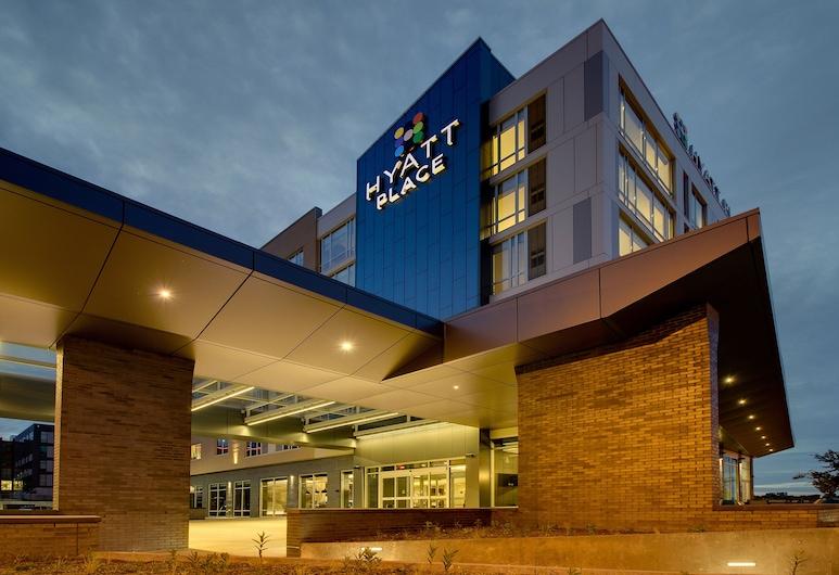 Hyatt Place Milwaukee/Downtown, Milwaukee, Hotelfassade am Abend/bei Nacht