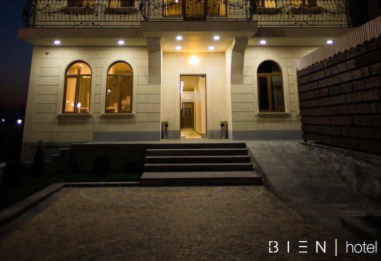 Bien hotel, Yerevan, Voorkant hotel - avond/nacht