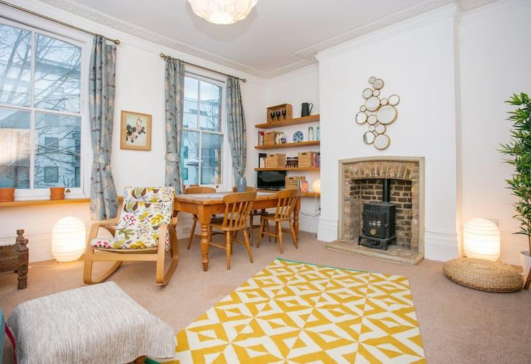 3 Bedroom Flat In Highbury, London