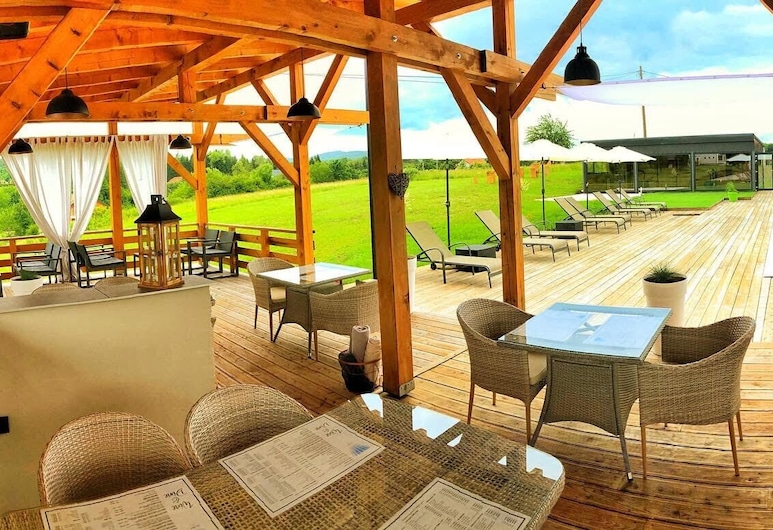 16 Lakes Hotel, Rakovica, Restauration en terrasse