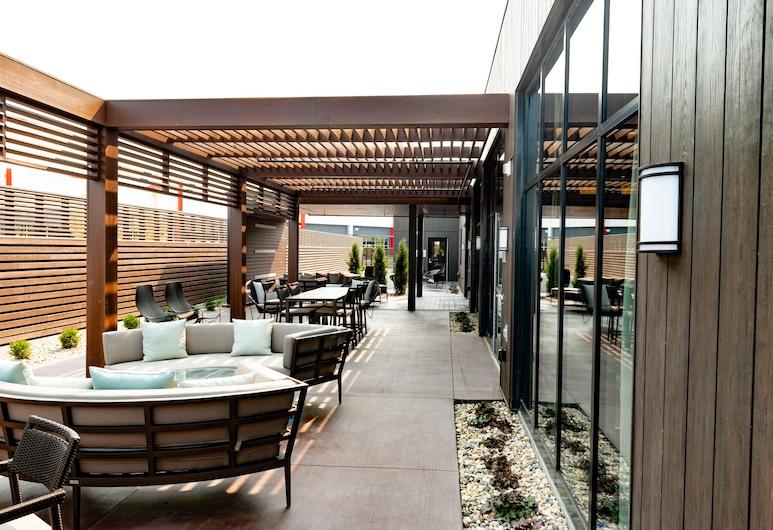 奧哈馬東康瑟爾崖萬怡飯店, 康索布魯夫斯, 庭院