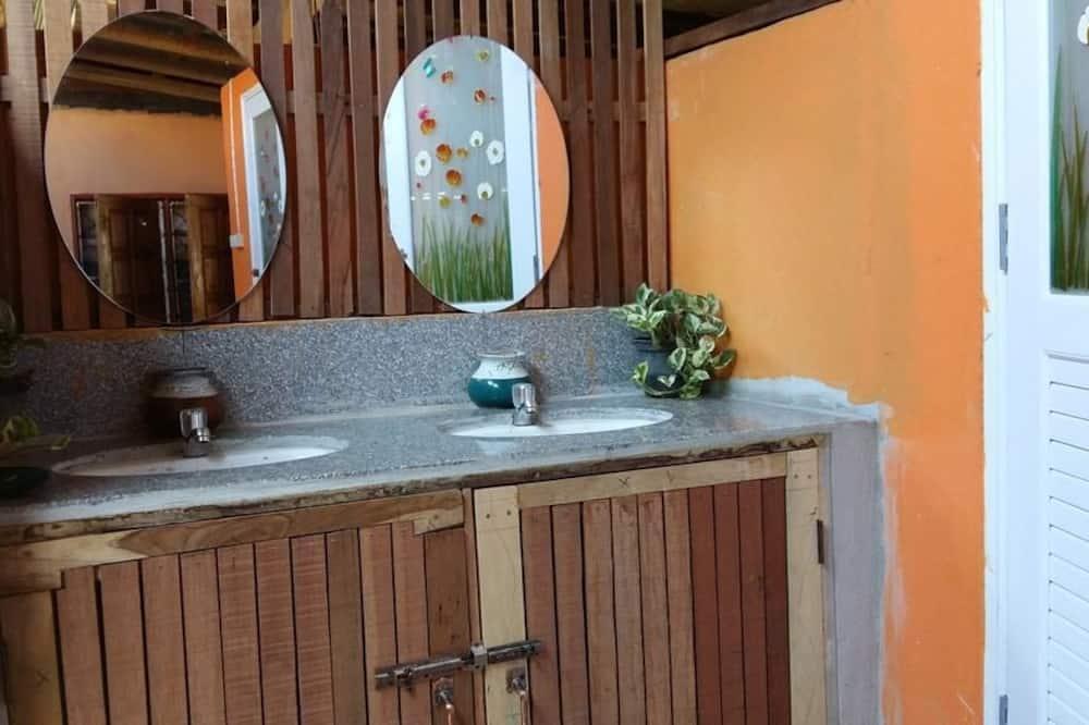 Dormitory Room with Shared Bathroom - Lavabo de la salle de bain