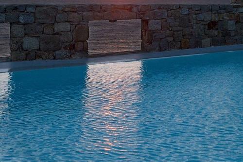 喬拉基亞享受太陽親吻海洋