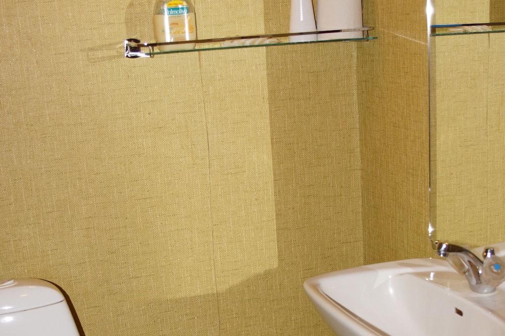 Habitación con 2 camas individuales, baño compartido - Baño