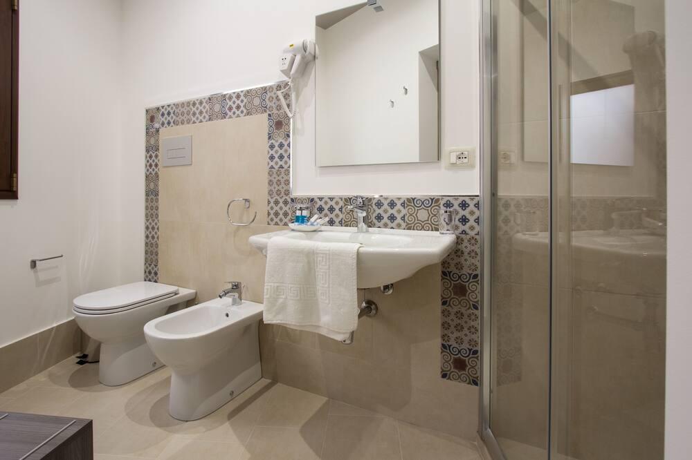 Deluxe Τρίκλινο Δωμάτιο, 1 Υπνοδωμάτιο, Ψυγείο - Μπάνιο
