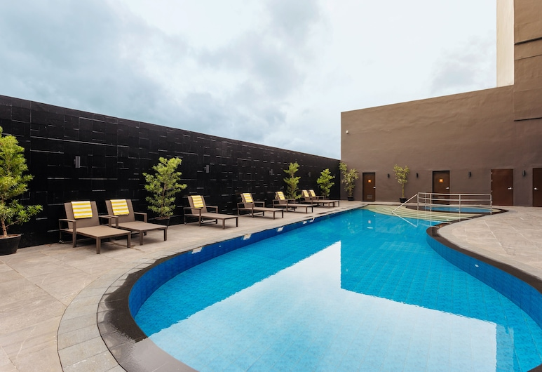 โรงแรมซัมมิท ตาโกลบัน, ตักโลบัน, สระว่ายน้ำ