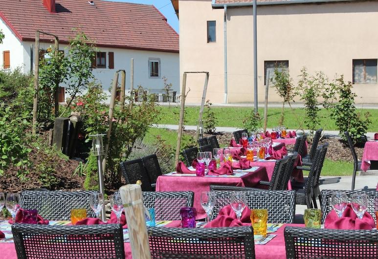 Hotel Restaurant Le Champs des Lys, Amancey, Taras/patio