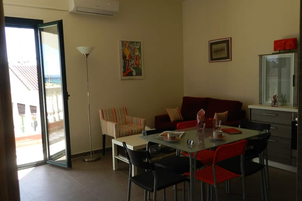 Deluxe Apartment, 2 Bedrooms, Kitchen, Sea View - Living Area