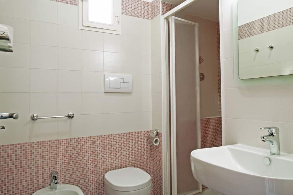 Dvivietis kambarys su patogumais, 1 didelė dvigulė lova, balkonas, vaizdas į jūrą - Vonios kambarys