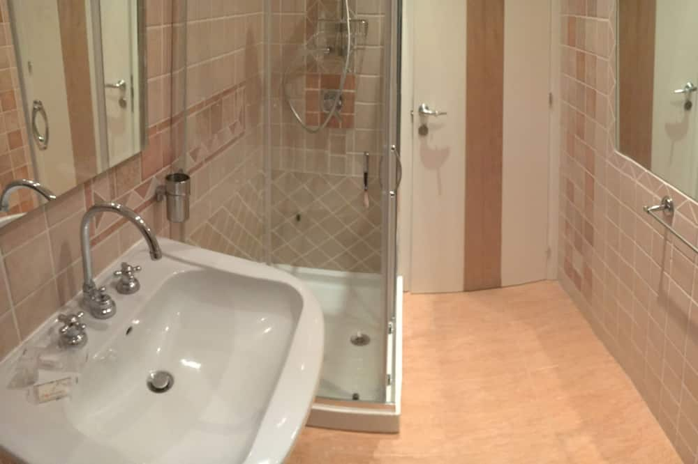 Basic Μονόκλινο Δωμάτιο (External bathroom) - Μπάνιο