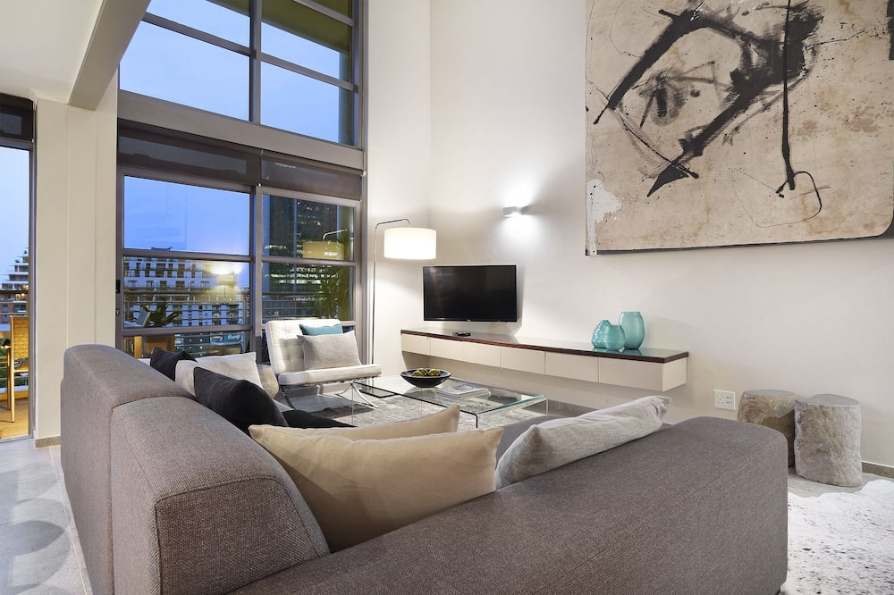 Premium Apartment, 1 King Bed, Balcony, City View - Living Area