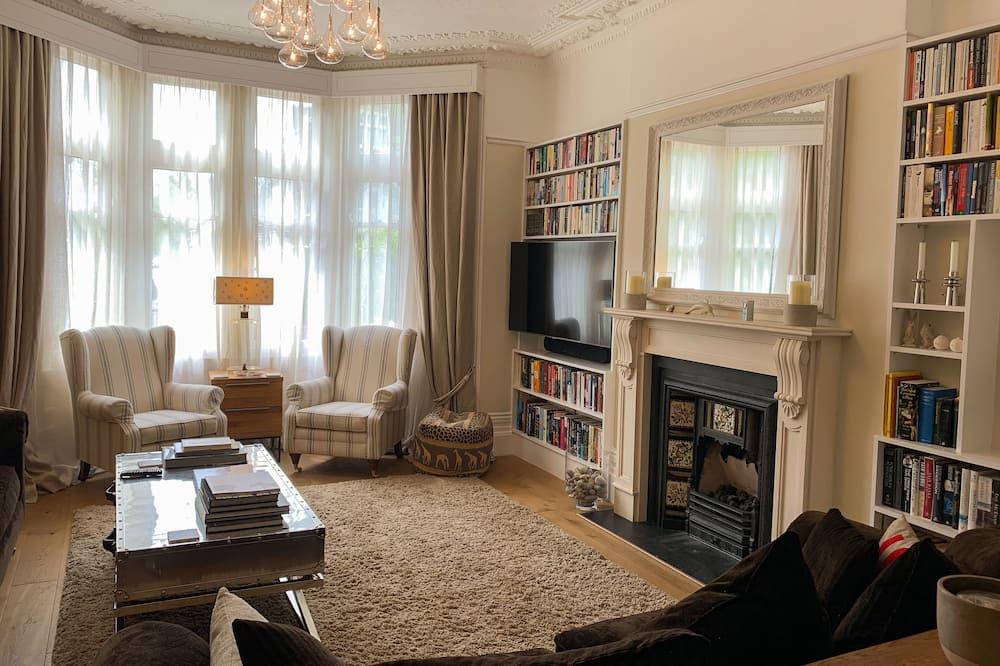 Deluxe Double Room, 1 Queen Bed - Living Area