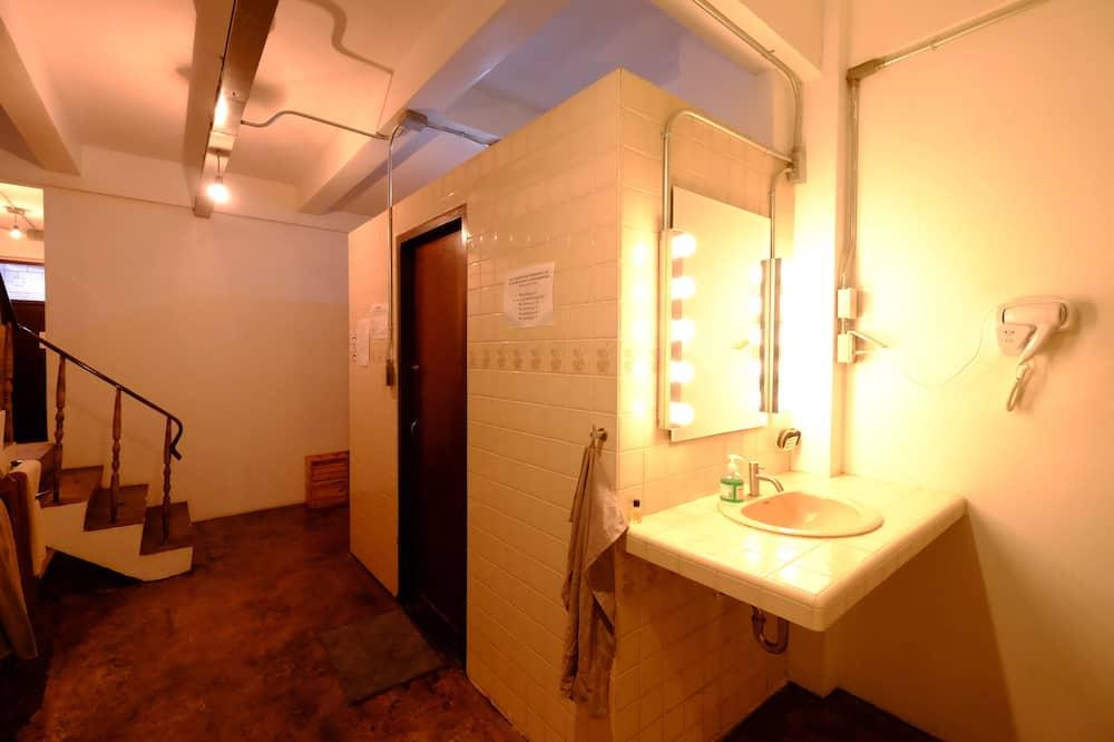 Single Room with Shared Bathroom - 浴室洗手台