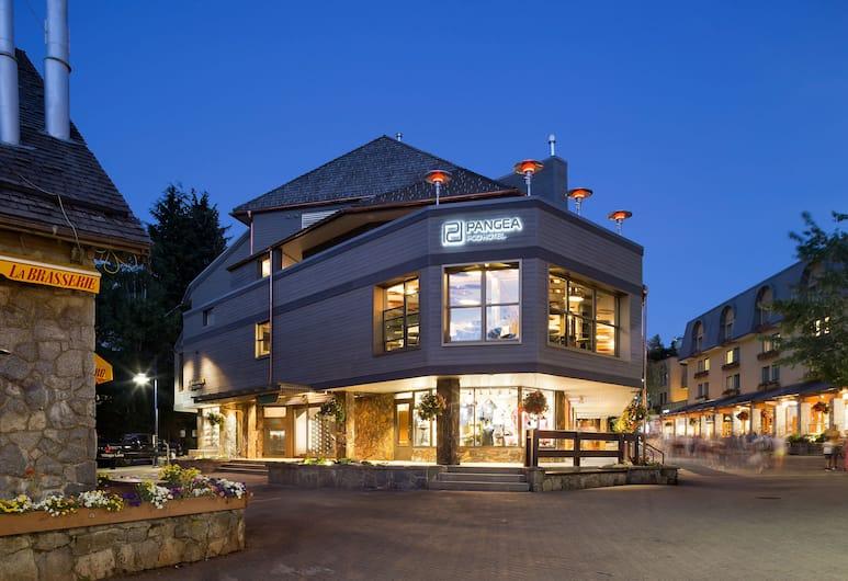 Pangea Pod Hotel, Whistler, Pročelje hotela – navečer/po noći