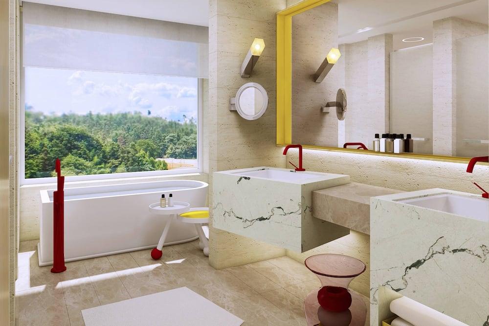 Family Room, 1 King Bed - Bathroom