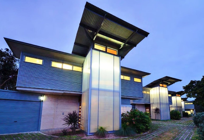 Sun Worship Villa 3, 9 Belmore Street,, Crescent Head, Parte delantera del alojamiento (tarde/noche)