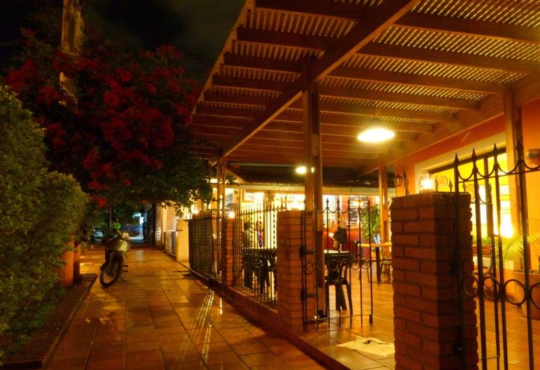 Hostel Bambú Puerto Iguazú, Puerto Iguazú, Voorkant hotel - avond/nacht