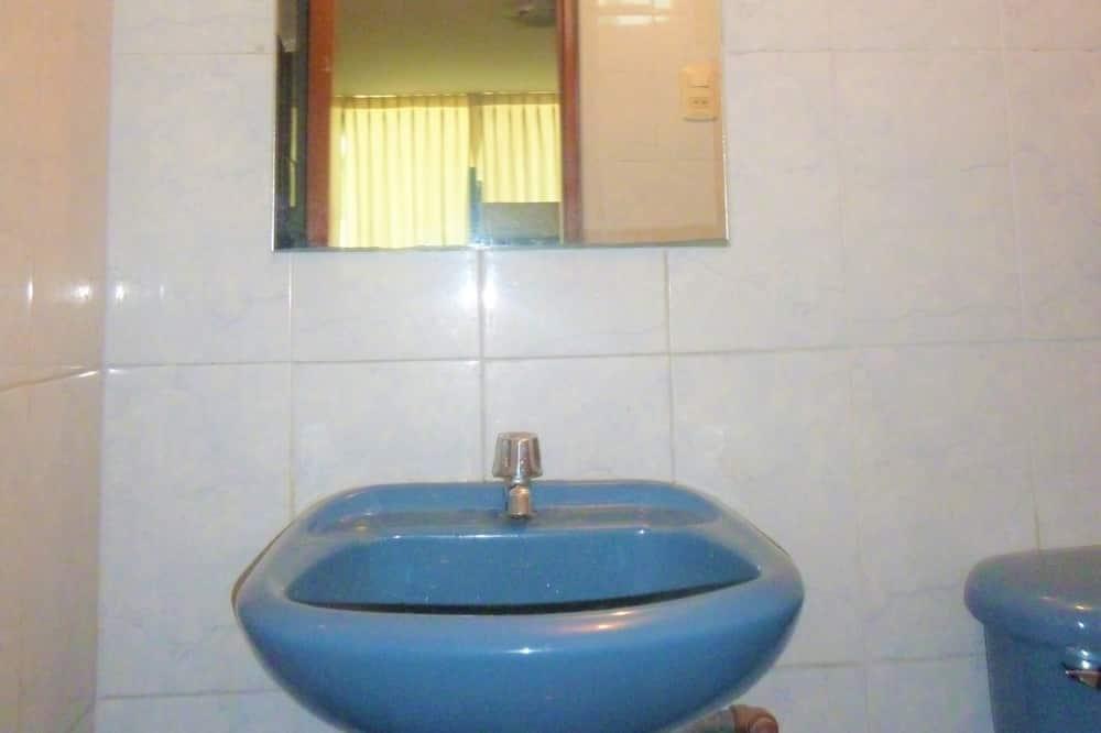 Economy Double Room, 1 Double Bed, Private Bathroom, Garden Area - Bathroom