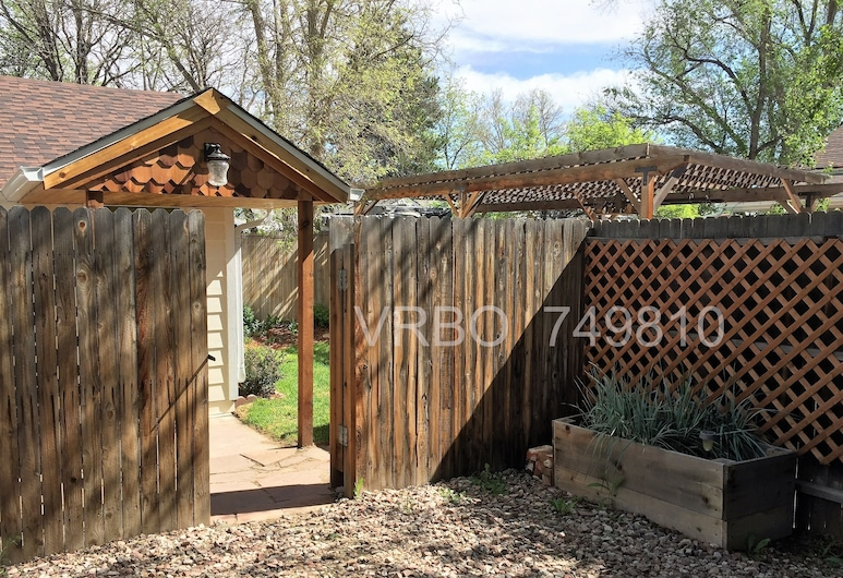 Clean and Quiet Cottage w/ Private Yard. Great Location, pet Friendly!, إنغليوود, منتجع صحي