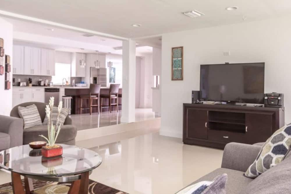 Family House, 5 Bedrooms, Kitchen, Pool View - Living Room