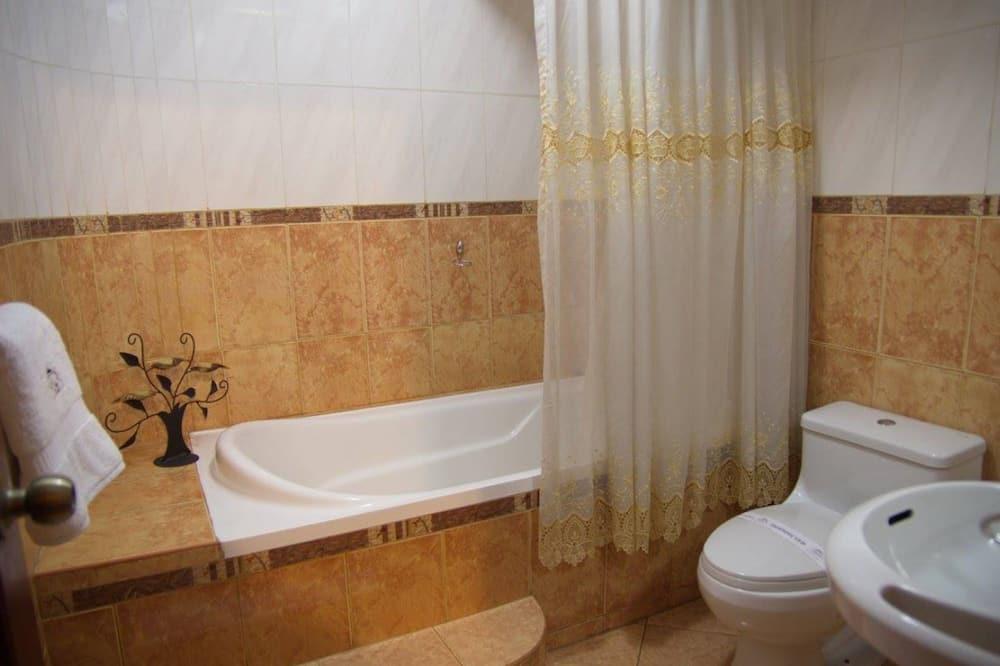 Junior Room, 1 Queen Bed - Bathroom