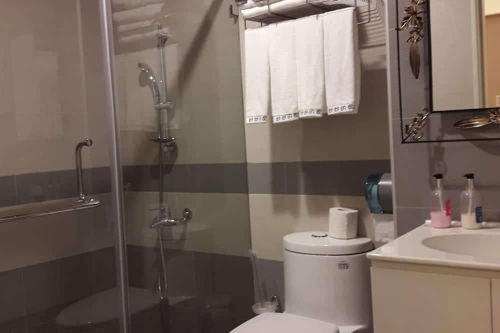 Štandardná štvorposteľová izba - Sprcha v kúpeľni