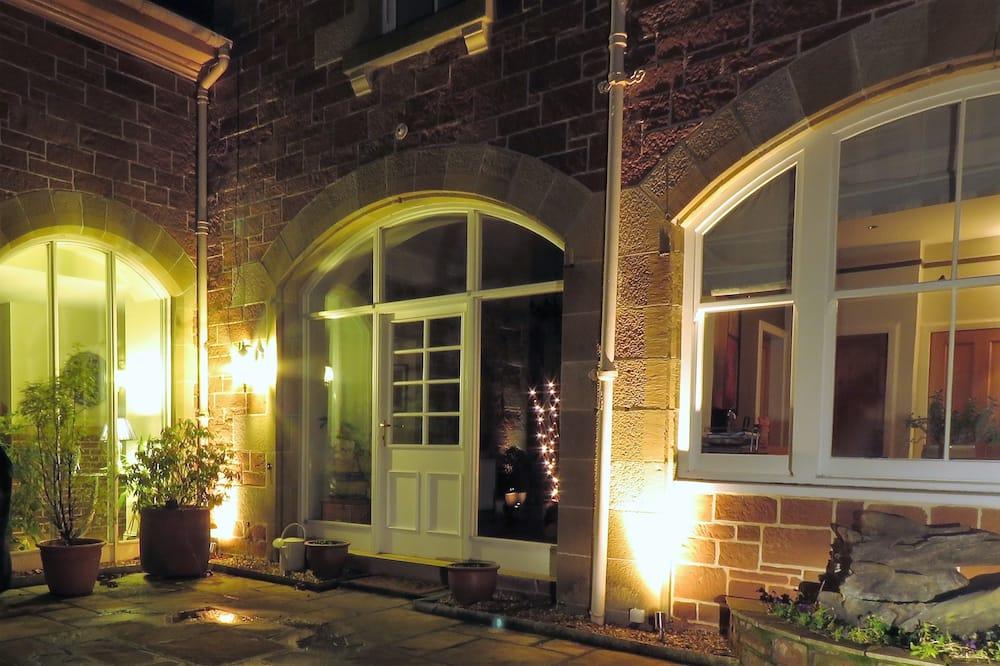 Fasada hotelu — wieczorem/nocą