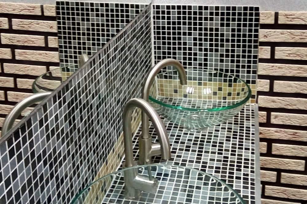 Közös hálóterem, vegyes hálóterem (Bed in 12-bed Room, Top) - Mosdó a fürdőszobában
