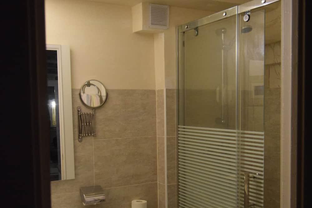 غرفة مزدوجة - الدش داخل الحمام