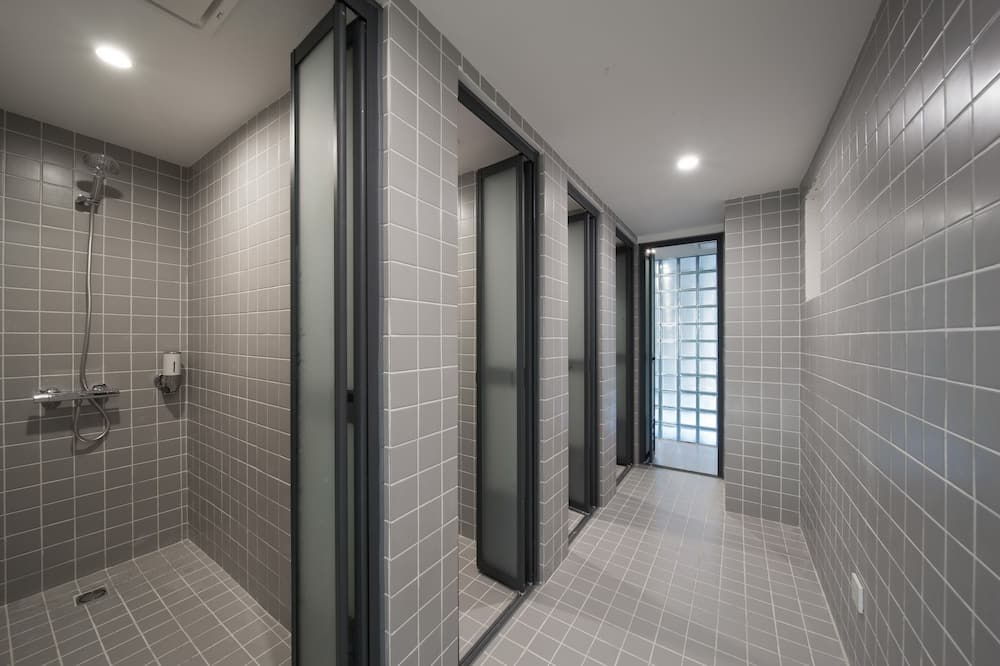 1 Bed in Male Shared Dormitory - Bathroom Shower