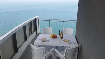 Gambar SEA-VIEW Beluga & Dolphin Luxury HOTEL apartments di Batumi