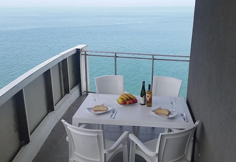 SEA-VIEW Beluga & Dolphin Luxury HOTEL apartments, Batumi, Suite monolocale Deluxe, 1 letto queen con divano letto, vista mare, di fronte alla spiaggia, Balcone