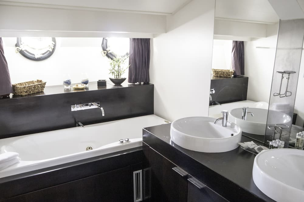 Superior Room, 1 Queen Bed, Jetted Tub - Bathroom