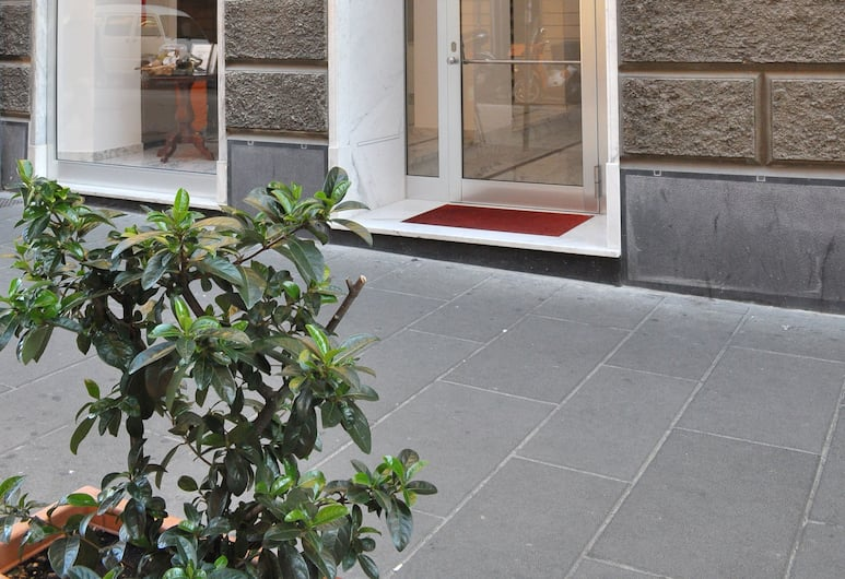 HNN Luxury Suites, Janov, Vchod do hotelu