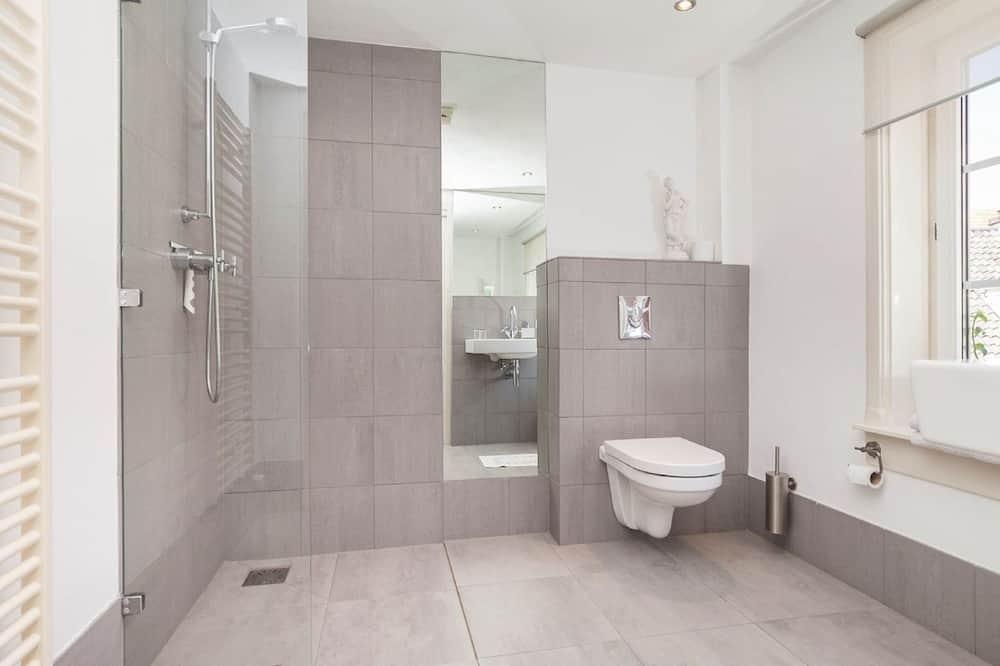 Liukso klasės kambarys (1 dvigulė / 2 viengulės lovos) - Vonios kambarys