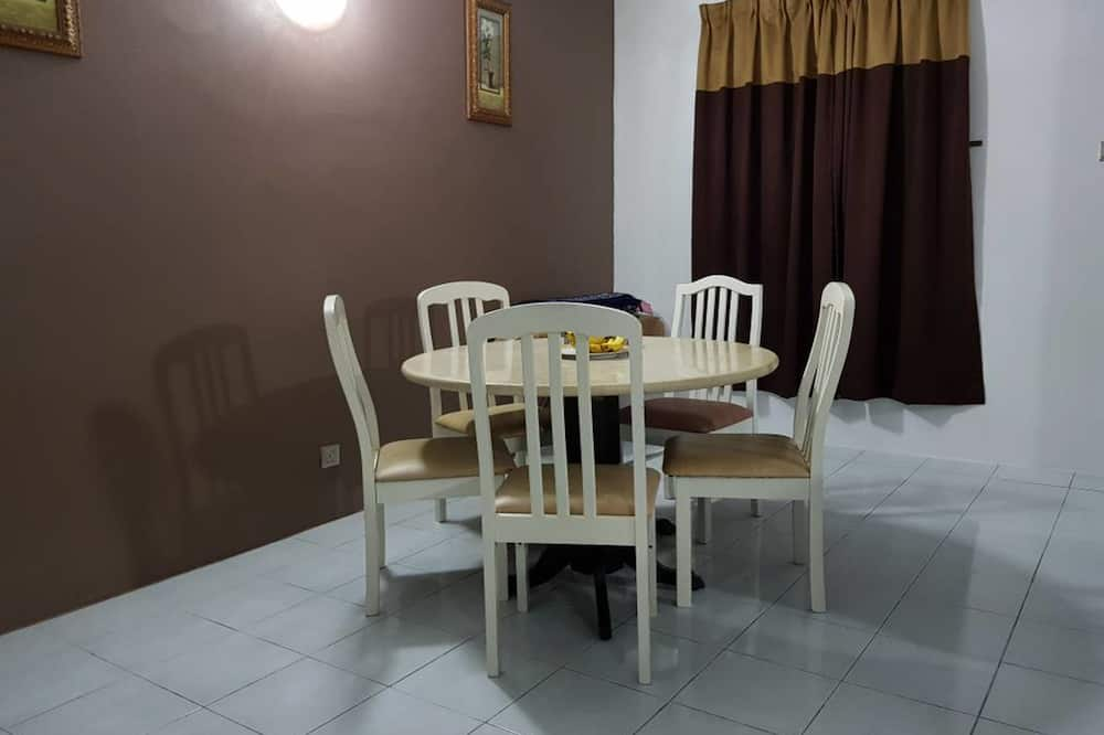 Basic Apartment, 3 Bedrooms - In-Room Dining